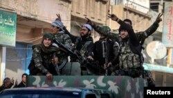 27일 시리아 내 쿠르드족 민병대가 수니파 무장세력 ISIL로부터 탈 하미스 시를 탈환한 것을 자축하고 있다.