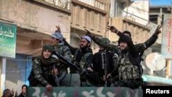 Combatientes kurdos celebran en la ciudad siria de Qamishli, después que fuerzas kurdas tomaran la ciudad de Tel Hamis, este viernes.