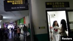 2010年12月28日哈瓦那西联汇款入口处的顾客。