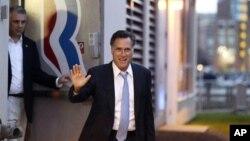 El candidato republicano Mitt Romney sale de su cuartel de campaña en Boston, el domingo 30 de septiembre.