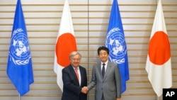 아베 신조 일본 총리(오른쪽)와 안토니우 구테흐스 유엔 사무총장이 8일 도쿄 총리관저에서 회담하기 전 기념촬영을 하고 있다.