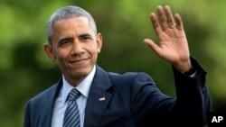 백악관 방문객들에게 손을 들어 인사하고 있는 바락 오바마 미국 대통령. (자료사진)