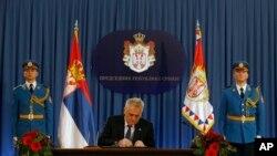 Predsednik Srbije Tomislav Nikolić potpisuje ukaz o raspuštanju parlamenta