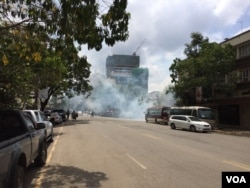 Riot police used tear gas to disperse small groups of protesters in Nairobi, May 23, 2016. (Jill Craig/VOA)