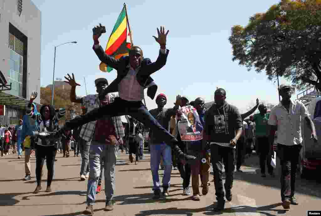지난 30일 짐바브웨에서 대통령 선거와 총선이 동시에 치러진 가운데 대통령 후보인 '민주변화동맹(MDC)'의 넬슨 차미사 대표 지지자들이 짐바브웨 하라레 거리에서 행진하고 있다. 에머슨 음난가그와 현 대통령과 MDC의 넬슨 차미사 대표의 2강 구도 속에서 치러진 이번 대통령선거에서 서로가 승리를 주장하고 있는 가운데 , 대선 결과는 2일에 발표할 것으로 전망됐다.