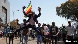 제1야당인 '민주변화동맹(MDC)'의 넬슨 차미사 대표지지자들이 1일 짐바브웨 하라레 거리를 행진하고 있다.