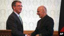Prezidan Afgan an Ashraf Ghani, a dwat kap bay lamen ak Sekretè Defans Etazini an Ashton Carter, a goch nan palè Kaboul, Afganistan. Foto: 9 desanm, 2016