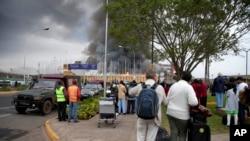 旅客观看机场着火