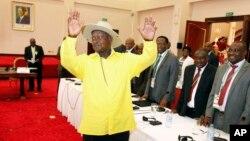 Le président ougandais, Yoweri Museveni, au centre, salue les participants aux pourparlers de paix sur le Burundi, au State House, à Entebbe, Ouganda, lundi 28 décembre 2015.