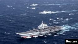 中国的辽宁号航母及其舰队在南中国海地区进行演习(2016年12月)。