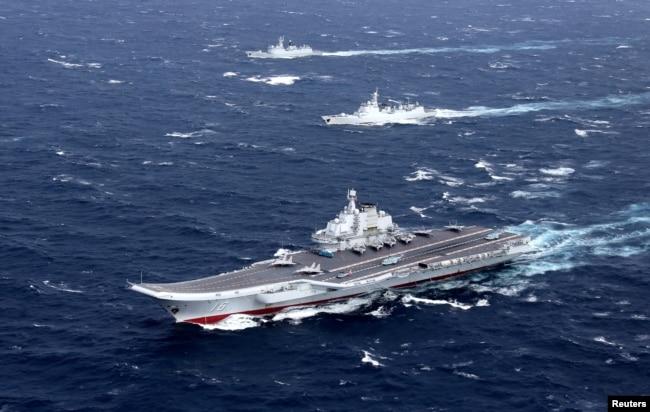中國遼寧號航母等軍艦在南中國海演習(2016年12月)
