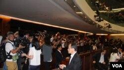 2019年5月14日采访香港立法院法案委员会会议的大批媒体记者(美国之音记者申华拍摄)