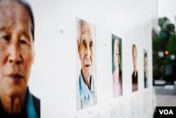 메릴랜드주 타코마 커뮤니티 센터에서 로라 엘리자베스 폴 작가의 사진전 '오랜 이별'의 주인공인 할머니와 할아버지들의 사진이 걸려있다. 사진 크레딧: Charles Yook