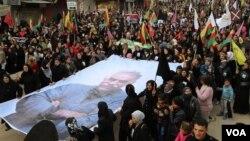 Kurdên Qamişlo di salvegera girtina Ocalan li kolanan in