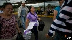 100 000 venezolanos cruzaron hacia Colombia, el 10, 16 y 17 de julio, cuando se reabrió temporalmente la frontera, para adquirir alimentos, medicinas y otros artículos.