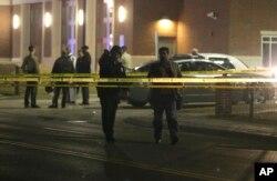 密苏里州弗格森镇的目击者说,两名警察被人开枪打伤,随后警察在弗格森警察局外面警戒。