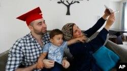 叙利亚人穆罕默德·巴塞尔·卡尔一家人在美国新泽西的家中拍照。