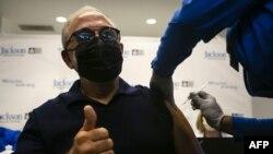 El productor musical Emilio Estefan se administró la vacuna contra el coronavirus en Miami, el 30 de diciembre de 2020. [Foto: AFP]