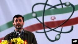 El presidente Mahmoud Ahmadineyad habla en una ceremonia en una planta de enriquecimiento nuclear. La industria energética fue atacada cibernéticamente en meses pasados.