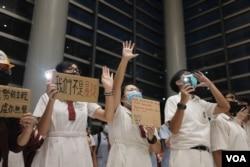 9月23日香港黃大仙區的一班中學生在某商場舉行集會抗議警方暴力 (美國之音鳴笛拍攝)