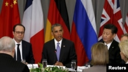 美国总统奥巴马(中)、中国国家主席习近平(右)和法国总统奥朗德(左)在华盛顿召开的核安全峰会期间出席5+1首脑会议。(2016年4月1日)