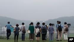 لوگ شمالی کوریا کی طرف سے داغے گئے میزائلوں کو ہوا میں بلند ہوتا دیکھ رہے ہیں۔