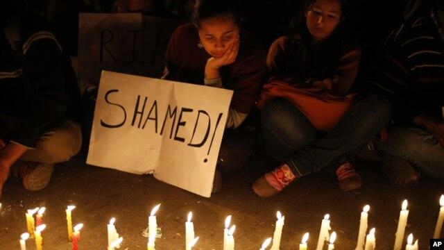 Para perempuan India ikut berpartisipasi dalam penyalaan lilim sebagai pernyataan bela sungkawa atas meninggalnya korban pemerkosaan dan penganiayaan brutal di New Delhi, India (29/12).