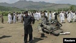 Giới chức an ninh và cư dân Pakistan tại hiện trường vụ tấn công bằng bom ở quận Lower Dir, ngày 16/9/2012