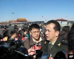 黄宏委员接受记者采访
