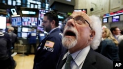 Trader Peter Tuchman works on the floor of the New York Stock Exchange, Oct. 10, 2018. The Dow Jones industrial average plunged more than 800 points, its worst drop since February, led by sharp declines in technology stocks.