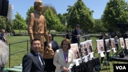 """佩洛西与人权组织""""公民力量""""创办人杨建利一同为""""坦克人""""雕像揭幕。(美国之音李逸华拍摄)"""