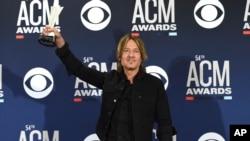 VOA: La Academia de Música Country otorga su máximo galardón a Keith Urban