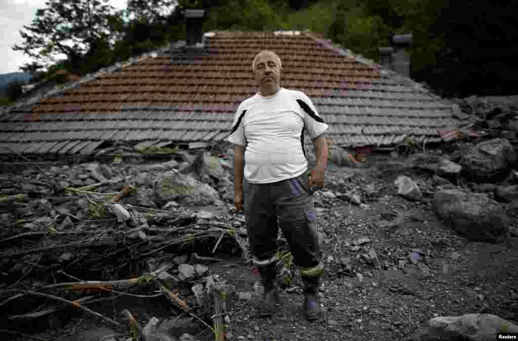 Šerif Gračić ispred svoje poplavljene kuće u Topčić polju. 20. maj, 2014.