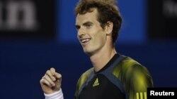 Petenis Inggris Andy Murray dalam pertandingan semifinal melawan Roger Federer pada Australia Terbuka Januari 2013. (Reuters/Damir Sagolj)