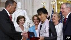 緬甸著名反對派領袖昂山素姬星期三在國會山圓頂大廳從國會議長貝納手中接過國會金質獎章。