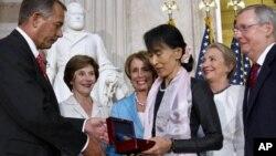19일 미 의회에서 존 베이너 하원의장(왼쪽)으로부터 '의회 금메달'을 받은 버마 민주화 지도자 아웅산 수치 여사.