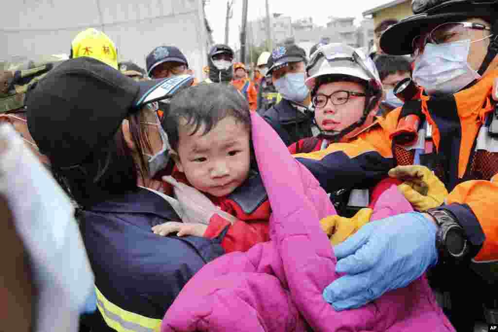 تائیوان میں زلزلے کے بعد امدادی کارکنوں نے اتوار کو چھ مزید افراد کو ایک رہائشی عمارت کے ملبے سے زندہ نکال لیا ہے۔