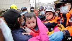 Bayi laki-laki diselamatkan dari gedung yang runtuh akibat gempa bumi di Tainan, Taiwan, 6 Februari 2016.