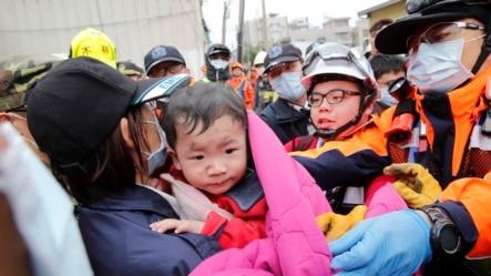 台湾台南2016年2月6日发生地震之后,一个婴儿从一所倒塌楼房中被救出。