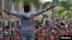 FILE - Cairo University students shout slogans against the government after the verdict of former Egyptian President Hosni Mubarak's trial at the university's campus in Giza, on the outskirts of Cairo, Nov. 30, 2014.