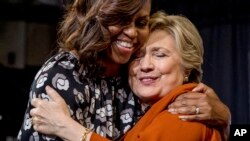 Michelle Obama et Hillary Clinton, Wake Forest University, Winston-Salem, Caroline du Nord, le 27 octobre 2016. (AP Photo/Andrew Harnik)