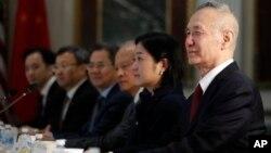 2019年2月21日中国国务院副总理刘鹤(右)和美国官员举行贸易谈判
