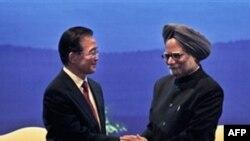 Thủ tướng Ấn Độ Manmohan Singh, phải, bắt tay Thủ tướng Trung Quốc Ôn Gia Bảo tại lễ bế mạc Festival của Trung Quốc tại New Delhi, Ấn Độ, 16/12/2010