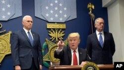 La orden ejecutiva firmada hoy por Trump en el Pentágono se centra en suspender el programa de acogida de refugiados durante 120 días para revisar el procedimiento con el objetivo de evitar la entrada de radicales con motivaciones terroristas.