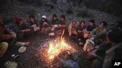 ژمارهیهک ئهندامی پـژاک لهسهر چیای قهندیل له دهوری ئاگرێـک خڕبوونهتهوه، (ئهرشیفی وێنه 18 ی دوازدهی 2009)