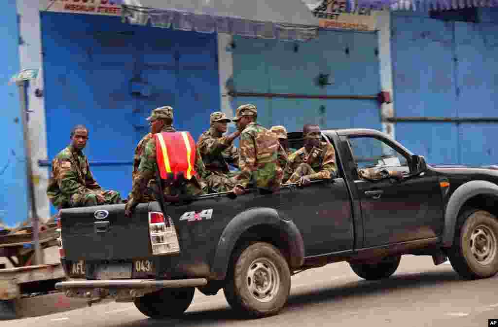 As forças de segurança liberianas patrulham a zona de West Point, por causa do ébola, enquanto o Governo controla a movimentação de pessoas. Ago. 20, 2014.