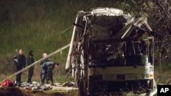救援人員在美國南加州旅遊巴士意外地點工作
