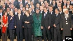 Para delegasi ke konferensi 80 negara untuk Afghanistan berfoto bersama di Bonn, Jerman (5/12).