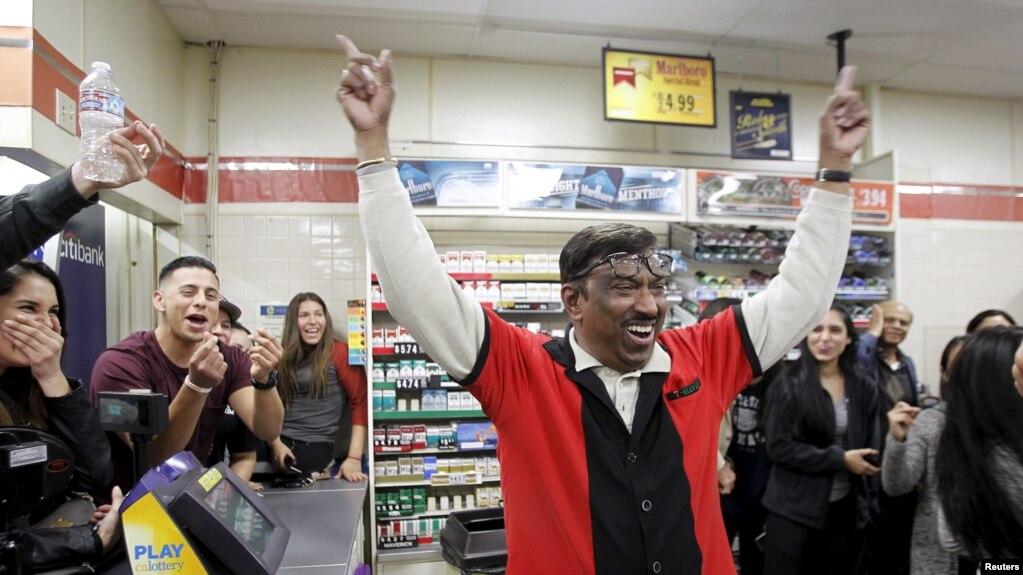 Pegawai toko 7-Eleven, M. Faroqui bersorak ketika mengetahui tokonya menjual tiket lotere Powerball yang menang di kota Chino Hills, California 13 Januari 2016.