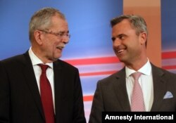 Norbert Hofer (r) candidate of Austria's Freedom Party, FPOE, talks to Alexander Van der Bellen, candidate of the Austrian Greens during the release of the first election results of the Austria presidential elections in Vienna, Austria, Apr 24, 2016.
